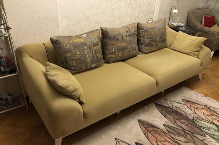 Temiz kullanılmış yenisinden farksız hardal kanepe