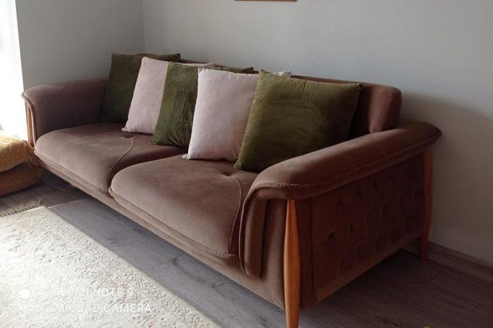 kahverengi üçlü açılır kapanır yataklı olan bir koltuk