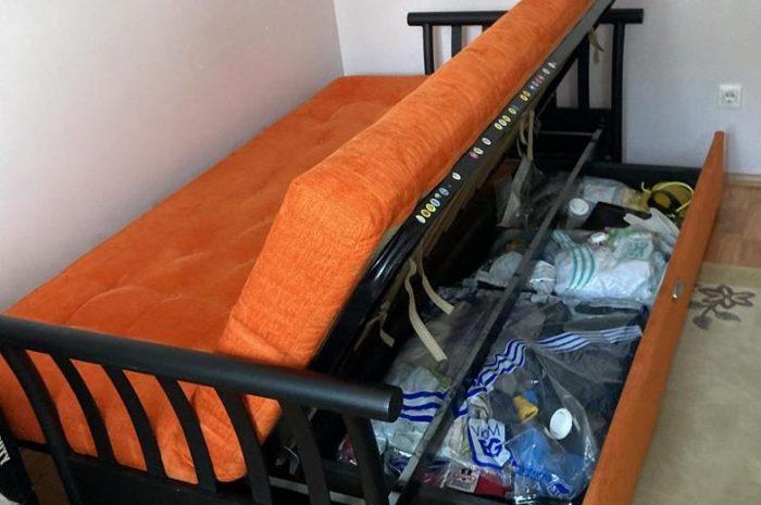 Tekerlekli çekmecesi olan pratik çekyat-kanepe